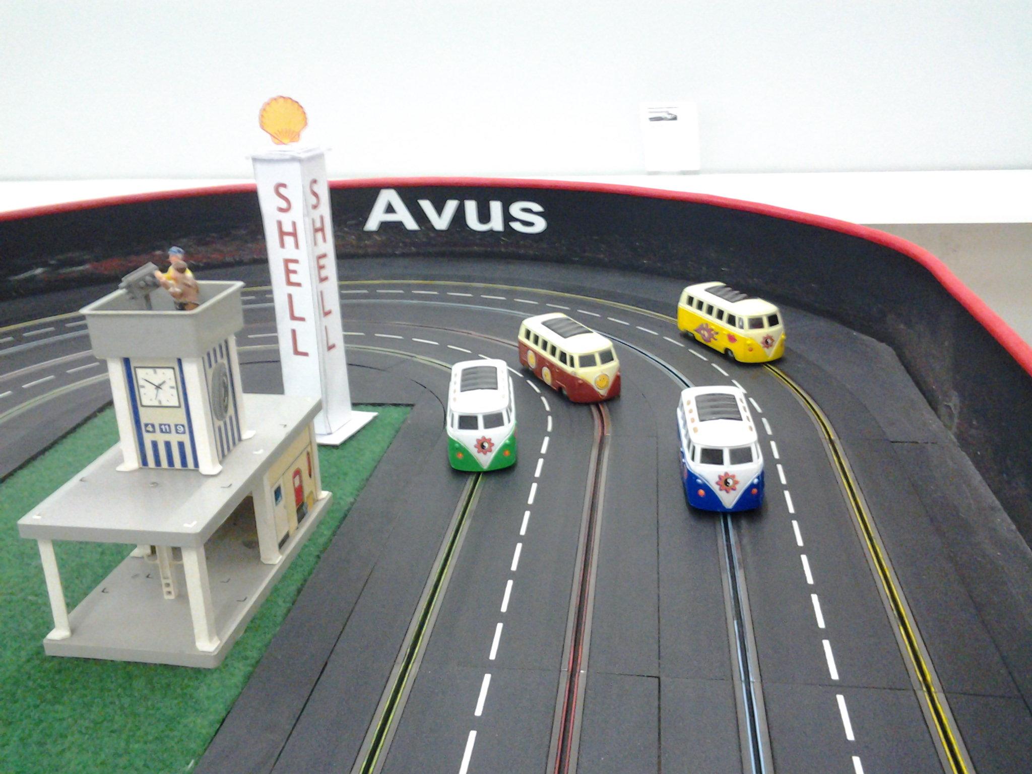 VW-Bullis auf der Carrerarennbahn